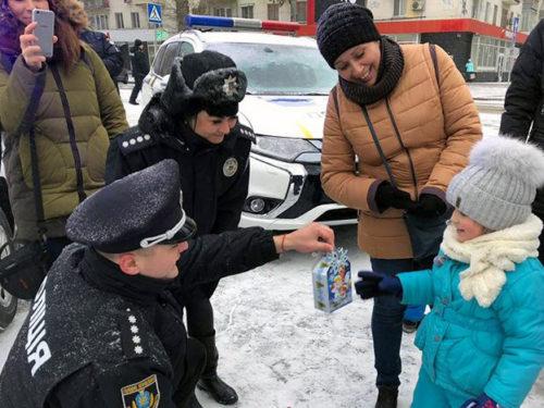 Як херсонська поліція містян із Різдвом вітала
