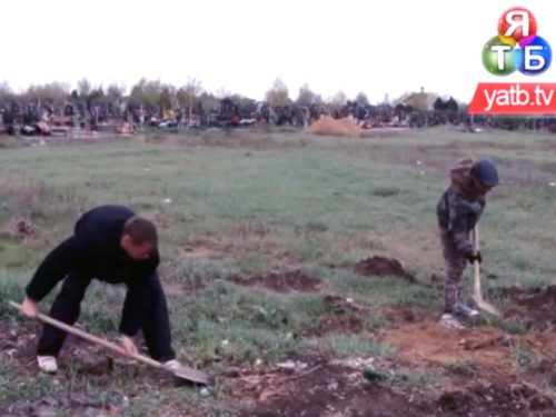 Як боржники по аліментах на цвинтарі відпрацьовують