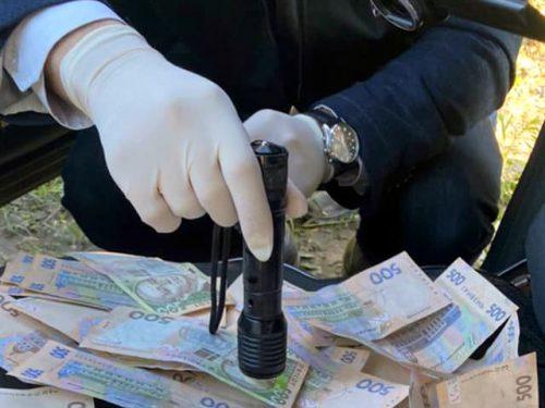 Поліцейського та військовослужбовця викрила на хабарі СБУ Хесонщини